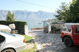 Вид на море. Черногория, Столив : Студия с террасой с видом на залив, возле моря