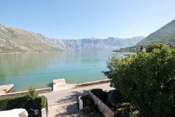 Черногория, Столив : Комната для 3 человек, с балконом с шикарным видом на залив, возле моря