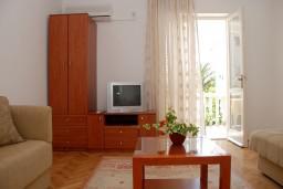 Гостиная. Черногория, Рафаиловичи : Апартаменты на 7 персон, 2 отдельные спальни, 30 метров от пляжа