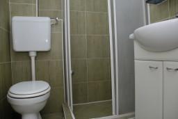Ванная комната. Черногория, Рафаиловичи : Апартаменты на 7 персон, 2 отдельные спальни, 30 метров от пляжа