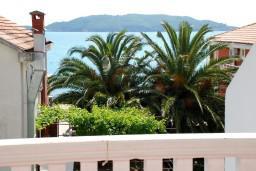 Вид на море. Черногория, Рафаиловичи : Апартаменты на 7 персон, 2 отдельные спальни, 30 метров от пляжа