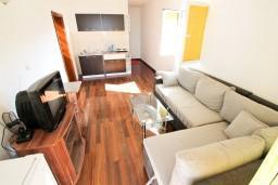 Черногория, Утеха : Апартамент для 3-2 человек, с балконом с видом на море, 100 метров до пляжа