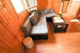 Гостиная. Черногория, Утеха : Уютный деревянный домик с отдельной спальней в Утехе