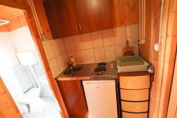 Кухня. Черногория, Утеха : Уютный деревянный домик с отдельной спальней в Утехе