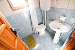 Ванная комната. Черногория, Утеха : Уютный деревянный домик с отдельной спальней в Утехе