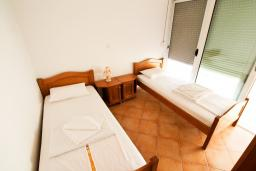 Спальня. Черногория, Утеха : Большой апартамент для 4-6 человек, 2 отдельные спальни, с балконом с шикарным видом на море