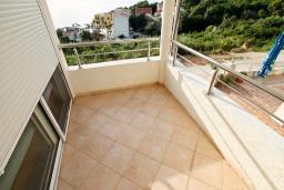 Балкон. Черногория, Утеха : Большой апартамент для 4-6 человек, 2 отдельные спальни, с балконом с шикарным видом на море