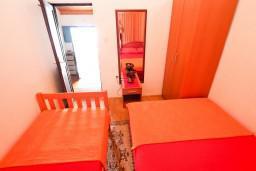 Спальня. Черногория, Утеха : Дом с 2-мя отдельными спальнями, с террасой с шикарным видом на море, 80 метров до пляжа