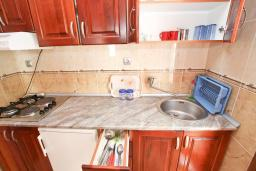 Кухня. Черногория, Утеха : Уютный домик с 2-мя отдельными спальнями, с террасой с видом на сад в 100 метрах от моря