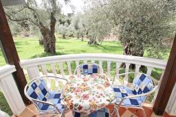 Терраса. Черногория, Утеха : Уютный домик с 2-мя отдельными спальнями, с террасой с видом на сад в 100 метрах от моря