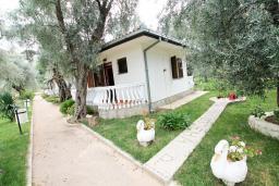 Фасад дома. Черногория, Утеха : Уютный домик с 2-мя отдельными спальнями, с террасой с видом на сад в 100 метрах от моря
