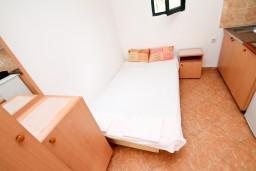 Спальня. Черногория, Утеха : Домик в Утехе с беседкой