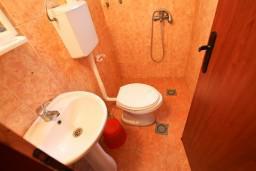 Ванная комната. Черногория, Утеха : Домик в Утехе с беседкой