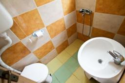 Ванная комната. Черногория, Утеха : Домик в Утехе в 200 метрах от моря