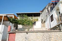 Фасад дома. Черногория, Утеха : Домик с 2-мя отдельными спальнями, с террасой с шикарным видом на море, 80 метров до пляжа