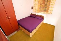 Спальня. Черногория, Утеха : Домик с 2-мя отдельными спальнями, с террасой с шикарным видом на море, 80 метров до пляжа