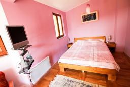 Спальня. Черногория, Утеха : Большая 3-х этажная вилла с 5 отдельными спальнями, ванная комната на каждом этаже, большая гостиная с кухней, зеленая терраса с лежаками, бассейн.