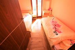 Спальня 2. Черногория, Утеха : Большая 3-х этажная вилла с 5 отдельными спальнями, ванная комната на каждом этаже, большая гостиная с кухней, зеленая терраса с лежаками, бассейн.