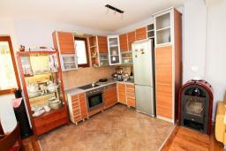 Гостиная. Черногория, Утеха : Большая 3-х этажная вилла с 5 отдельными спальнями, ванная комната на каждом этаже, большая гостиная с кухней, зеленая терраса с лежаками, бассейн.