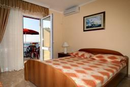Студия (гостиная+кухня). Черногория, Утеха : Студия с балконом с шикарным видом на море, 20 метров до пляжа