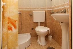Ванная комната. Черногория, Утеха : Апартамент с отдельной спальней, с балконом видом на море, 20 метров до пляжа