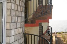 Вид на море. Черногория, Утеха : Апартамент с отдельной спальней, с балконом видом на море, 20 метров до пляжа