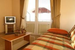Гостиная. Черногория, Утеха : 2-х этажный апартамент с отдельной спальней, с двумя балконами с шикарным видом на море, 20 метров до пляжа