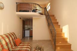 Лестница наверх. Черногория, Утеха : 2-х этажный апартамент с отдельной спальней, с балконам с шикарным видом на море, 20 метров до пляжа
