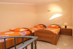 Спальня. Черногория, Утеха : 2-х этажный апартамент с отдельной спальней, с балконам с шикарным видом на море, 20 метров до пляжа