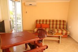 Гостиная. Черногория, Утеха : Апартамент с отдельной спальней, с балконом видом на море, 20 метров до пляжа