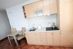 Кухня. Черногория, Добра Вода : Просторный апартамент для 4-6 человек, 3 отдельные спальни, с большой террасой с шикарным видом на море, возле пляжа