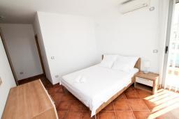 Спальня. Черногория, Добра Вода : Просторный апартамент для 4-6 человек, 3 отдельные спальни, с большой террасой с шикарным видом на море, возле пляжа