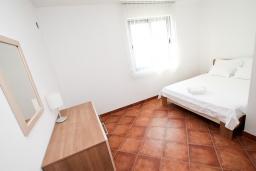 Спальня 3. Черногория, Добра Вода : Просторный апартамент для 4-6 человек, 3 отдельные спальни, с большой террасой с шикарным видом на море, возле пляжа