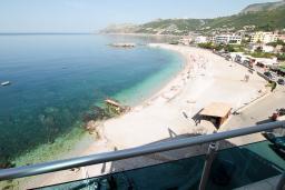 Вид на море. Черногория, Добра Вода : Просторный апартамент для 4-6 человек, 3 отдельные спальни, с большой террасой с шикарным видом на море, возле пляжа