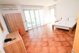 Спальня. Черногория, Добра Вода : Просторный апартамент для 4-6 человек, 2 отдельные спальни, с балконом с шикарным видом на море, возле пляжа