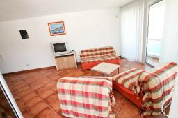 Гостиная. Черногория, Добра Вода : Просторный апартамент для 4-6 человек, 2 отдельные спальни, с балконом с шикарным видом на море, возле пляжа