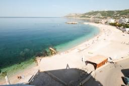 Вид на море. Черногория, Добра Вода : Просторный апартамент для 4-6 человек, 2 отдельные спальни, с балконом с шикарным видом на море, возле пляжа