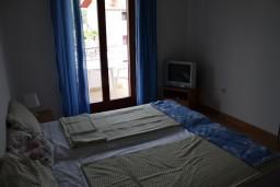 Студия (гостиная+кухня). Черногория, Игало : Студия на 3 этаже с балконом и видом на море, на вилле с бассейном