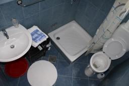 Ванная комната. Черногория, Игало : Студия на 3 этаже с балконом и видом на море, на вилле с бассейном