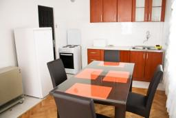 Кухня. Черногория, Бар : Апартамент с отдельной спальней в Баре