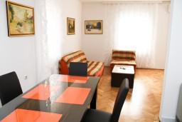 Обеденная зона. Черногория, Бар : Апартамент с отдельной спальней в Баре