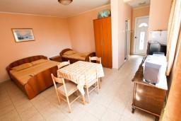 Студия (гостиная+кухня). Черногория, Шушань : Студия в 400 метрах от моря