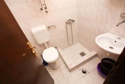 Ванная комната. Черногория, Шушань : Апартамент с отдельной спальней на первом этаже в 300 метрах от моря