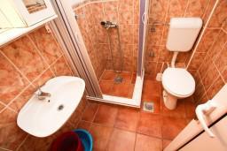 Ванная комната. Черногория, Шушань : Апартамент с отдельной спальней в 300 метрах от моря