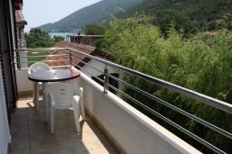 Вид на море. Черногория, Игало : Студия на 3 этаже с балконом, видом на море на вилле с бассейном