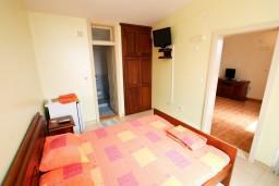 Спальня. Черногория, Шушань : Апартамент для 4-6 человек, 2 отдельные спальни, 2 ванные комнаты (душ и джакузи), с балконом с видом на море и бассейн