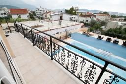Балкон. Черногория, Шушань : Апартамент для 4-6 человек, 2 отдельные спальни, 2 ванные комнаты (душ и джакузи), с балконом с видом на море и бассейн