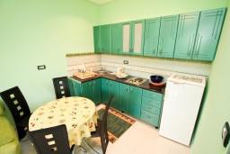 Кухня. Черногория, Шушань : Апартамент для 2-4 человек, с отдельной спальней, ванная комната с джакузи