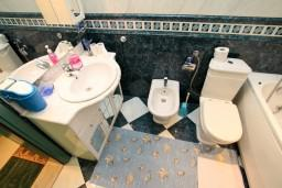 Ванная комната. Черногория, Шушань : Апартамент для 2-4 человек, с отдельной спальней, ванная комната с джакузи