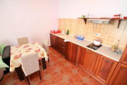Кухня. Черногория, Шушань : Апартамент для 2-4 человек, с отдельной спальней, терраса с бассейном